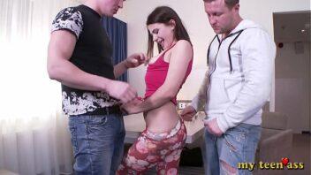 Menage anal caseiro com novinha e homens tarados